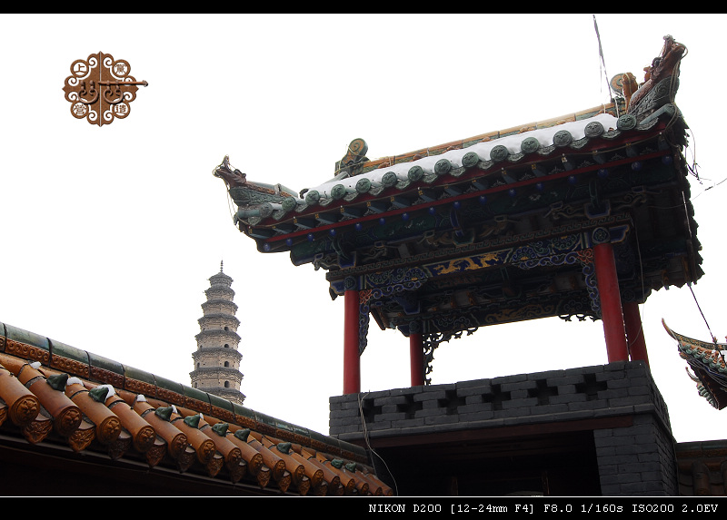 敢叫千佛塔的塔很多,敢摆在城中央的确独此一座。 武乡县城中央有座砖塔十三级锥形空心体。八角撵尖顶,每级内有楼梯相通,并置放有佛像;外以围檐作界,挑角上均系有风镙。 三百年前(清康熙四十九年,公元1710年),一个来自河北永年(当时叫广平府)的云游和尚,掷杖焚修,募结草瓢,仅避风雨苦行无欺募资建造了塔,留下偈语:钟落新城现,塔座城中心。 塔通体为砖石结构,其基部为条石砸砌,其上为青砖精砌而成,通高30.